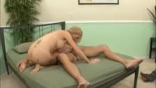 Napalona duperka opierdala mu gałgana w łóżku