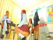 Seksowne uczennice w krótkich spódniczkach