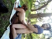 Leśny seks z wypiętą brunetką