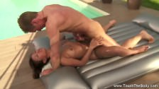 Egzotyczny seks na dmuchanym materacu