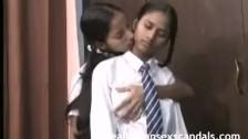 Hinduskie uczennice słodko się pieszczą