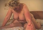 Blond mamcia z młodszym kolesiem