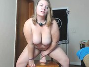 Krągła babka na gumowej seks zabawce