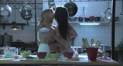 Całuśne dziewczyny pieszczą się w kuchni