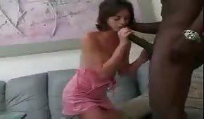 Słodka brunetka targa ogromną pałe