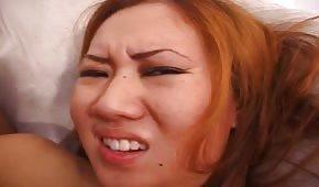 Ruda Azjatka ma słodką buźkę