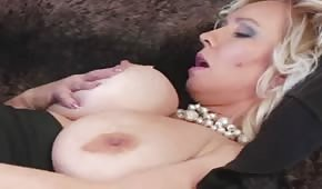 Dojrzała blondi pieści się po piersiach i cipce