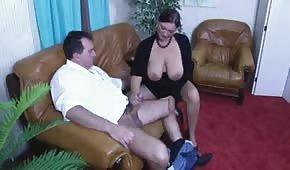 Mama z biustem na wierzchu trzepie penisa