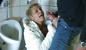 Blond mamausia trzepie fiuta w toalecie
