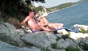 Doświadczona mamuśka trzepie pałkę na wakacjach