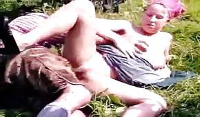 Seks na wsci z młodą laską