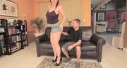 Sara Jay daje tyłka na kanapie