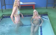 Seksowne laski w basenie