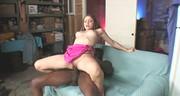 Czekoladowy penis penetruje brunetkę