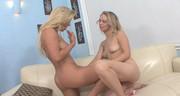 Śliczne blondynki zabawiają się na kanapie