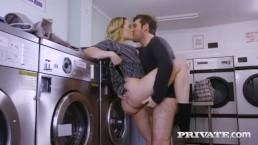 Seks w pralni z blond suczką