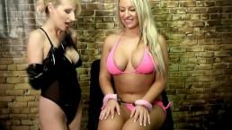 Super blondi w różowym bikini