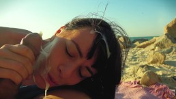 Spuszcza się na jej twarz na plaży