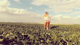 Seks na polu ze szczupłą blondynką