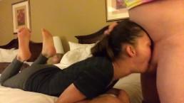 Wpycha penisa do jej ust w hotelu