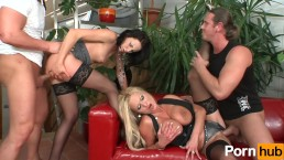 Grupowy seks na skórzanej kanapie