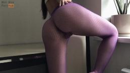 Wysportowana laska masturbuje się na stole