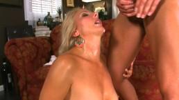 Seks na kanapie z napaloną mamą