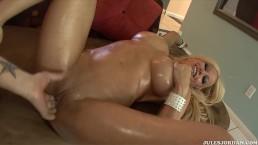 Naoliwione cycuszki dojrzałej Gina Lynn