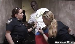 Murzynek posuwa dwie policjantki