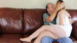 Młoda dogadza dziadkowi