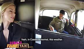 Bzyka w taksówce fajną blondyneczkę