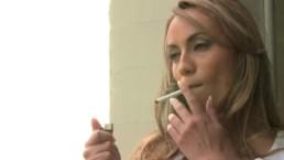 Suczka bez staniczka pali papierosa