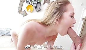 Seksowna blondynka z długim kutasem w ustach