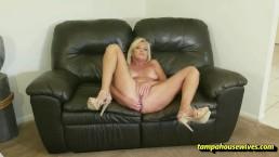 Masturbacja na skórzanej kanapie