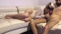 Zamaskowana blondi ciągnie penisa