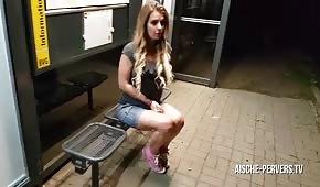 Poderwał blondi i wydymał ją w publiczną miejscu