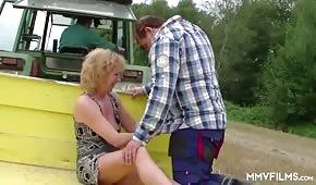 Dojrzała lalunia lubi seks na polu