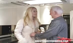 Starzec zabiera się za młodą babeczkę