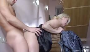 Penetracja starej blondi na schodach