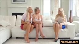 Trzy całuśne blondynki zabawiają się w salonie