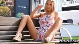 Zgrabna blondyneczka na publicznej ławce
