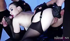 Ostre porno z bladą i dziką brunetką