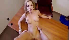Igraszki na biurku z porno blondyną