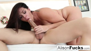 Seksowna Alison Tyler bosko porusza pośladkami