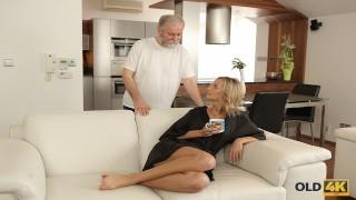 Dziadziuś zabawia się z młodą blondi