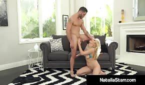 Seks na dywanie z porno blondyną
