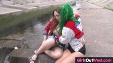 Emo dziewczyny w publicznm miejscu