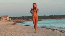 Śliczna i zgrabna laska na plaży