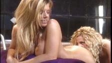 Zafascynowane blond lesby