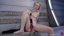 Masturbacja czarną zabaweczką
